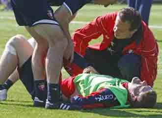 Sergio Fern�ndez se duele durante un entrenamiento.
