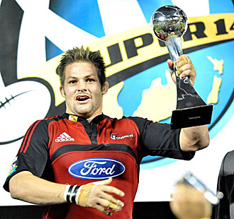 Richie McCaw levanta el trofeo que acredita a los Canterbury Crusaders como los campeones del S�per 14 del a�o 2008... �ltimo que ha viajado a Nueva Zelanda
