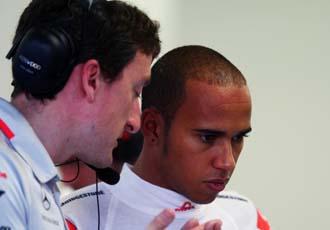Hamilton charla con uno de sus ingenieros