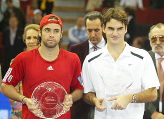 Fernando Gonz�lez al lado de Federer despu�s de la final del Master de Madrid