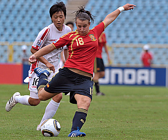 Raquel Pinel, la autora del gol, se dispone a golpear la pelota