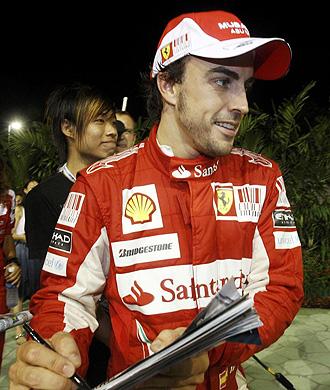 Alonso firma aut�grafos tras la clasificaci�n.