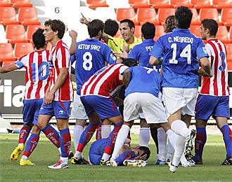 Momento en el que el jugador del Oviedo Aitor Sanz es expulsado por una entrada a Cruz