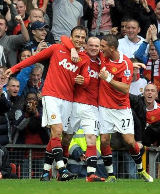 Rooney y Macheda felicitan a Berbatov por el gol de la victoria ante el Liverpool.