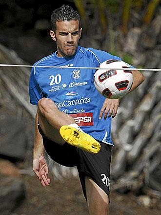 Julio �lvarez, durante un entrenamiento con el Tenerife... con el que espera reaparecer ante el Cartagena