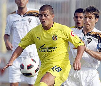 Airam controla el bal�n ante Kike Tortosa durante el encuentro del Villarreal B ante el Albacete