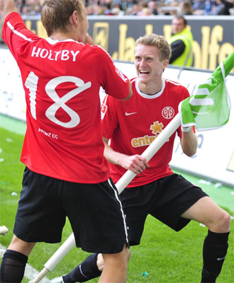 Varios jugadores del Mainz 05 celebran un gol.