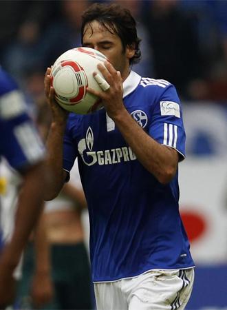 Ra�l celebra su primer gol con el Schalke 04.