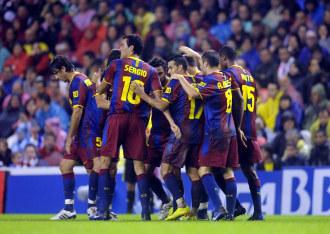 Los jugadores del Bar�a celebran uno de sus goles en San Mam�s