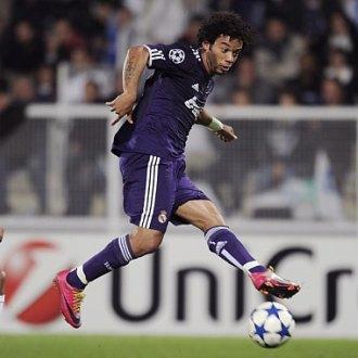 Marcelo controla un bal�n durante el Auxerre-Real Madrid de este martes en Francia.