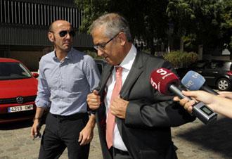 Monchi con el nuevo entrenador del Sevilla, Gregorio Manzano