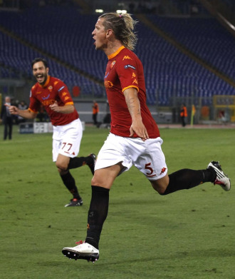 Mexes celebra el primer gol de la Roma al Cluj.