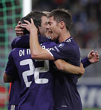 Xabi Alonso se abraza con Di Mar�a, dos de los tres futbolistas m�s valorados en el partido de Francia, tras el gol del argentino