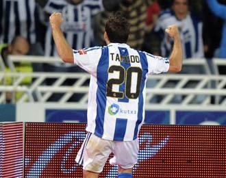 Tamudo celebra un gol en Anoeta.