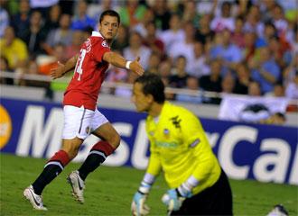 Chicharito celebra su gol ante C�sar.