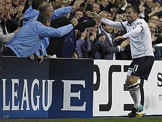 Van der Vaart es felicitado por los aficionados del Tottenham