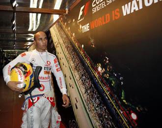 Lewis Hamilton se retira muy decepcionado del �ltimo GP de Singapur.