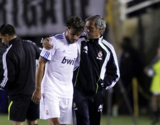 Mourinho abraza a Pedro Le�n tras un partido