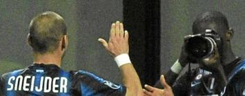 Etoo saca una foto a Sneijder