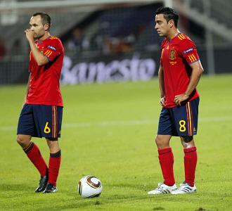 Iniesta y Xavi, durante el partido ante Lietchtenstein.