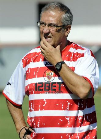 Gregorio Manzano dirige un entrenamiento.