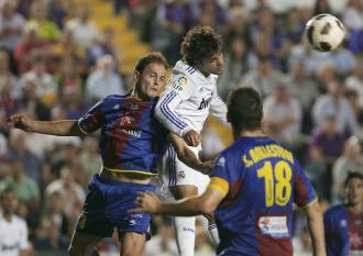 Nano intenta impedir un cabezazo de Pedro Le�n en el Levante-Real Madrid del pasado fin de semana.