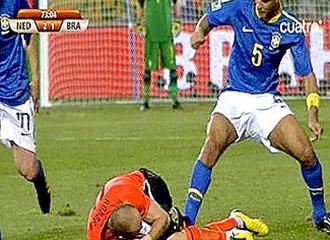 Brutal entrada de Melo en el choque frente Holanda.