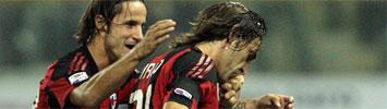 Pirlo celebra su gol junto a Luca Antonini