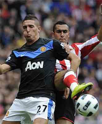 Macheda pugna por un bal�n con Elmohamady en el Stadium of Light
