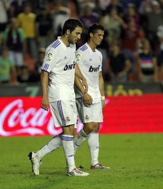 Higua�n y Cristiano, durante el partido contra el Levante.