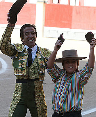 Juan Mora da la vuelta al ruedo con su hijo, que ense�a las dos orejas logradas en el primero de la tarde