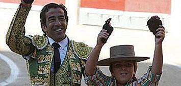 Juan Mora junto a su hijo