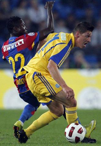El jugador del Basilea Inkoom (izqda.) disputa un bal�n a Zuber, del Grasshopper, en un partido anterior de la Liga suiza.