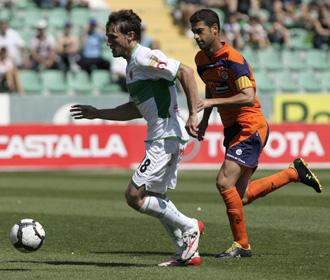 Gerard persigue a Generelo durante el partido de la pasada temporada entre el Elche y el Girona, en el que el catal�n actu� de capit�n de los gerundenses