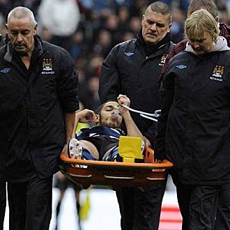 Ben Arfa es trasladado en camilla tras su lesi�n.