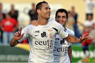 Dos jugadores del Ceuta celebran un gol