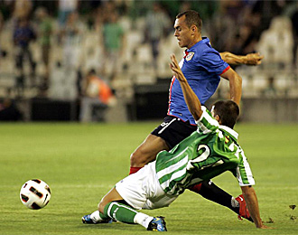 Isidoro realiza una entrada en un partido disputado con el Betis