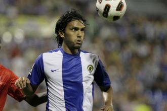 Aguilar controlando un bal�n ante el Sevilla.