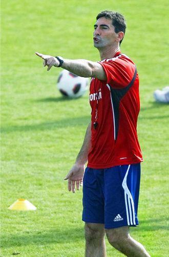 Jos� Aurelio Gay da instrucciones durante un entrenamiento del conjunto ma�o.