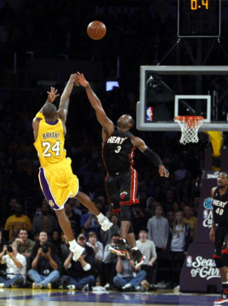Bryant intenta un triple en un partido de la temporada pasada con los Heat.