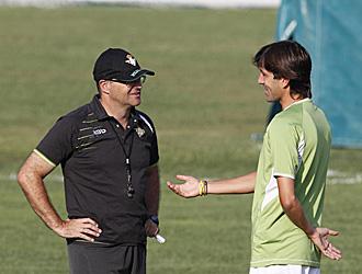 David Belenguer charla con su entrenador Pepe Mel durante un entrenamiento del Betis de la pasada semana