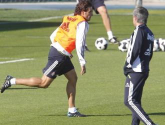 Mourinho observa a Pedro Le�n en un entrenamiento