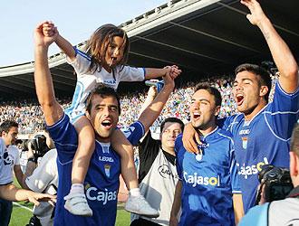Redondo, en la imagen celebrando con sus ex compa�eros Momo y Aythami el ascenso del Xerez a Primera de hace dos a�os, espera encadenar la quinta victoria consecutiva ante el Huesca... como hicieron en aquella temporada