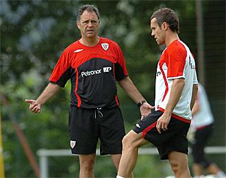 Caparr�s habla con Koikili en una sesi�n de entrenamiento del Athletic