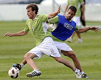 Ryan e Isidoro, en un entrenamiento de Betis
