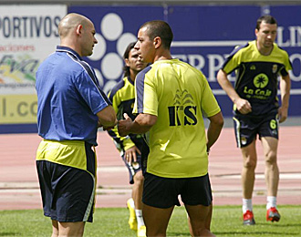 Guayre charla con Paco J�mez en un entrenamiento de la UD