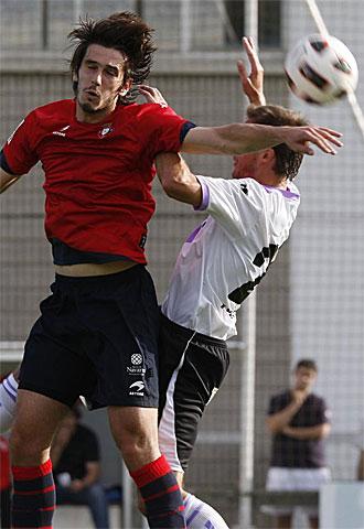 Lekic salta con un jugador del Numancia.