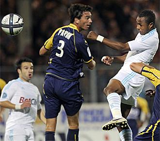 Pav�n intenta despejar un bal�n en un encuentro con el Arles-Avignon contra el Olympique de Marsella