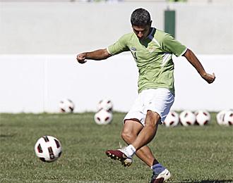 Salva Sevilla golpea un bal�n en un entrenamiento