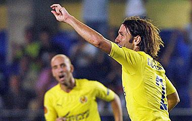Gonzalo Rodr�guez, central del Villareal, celebrando un gol.